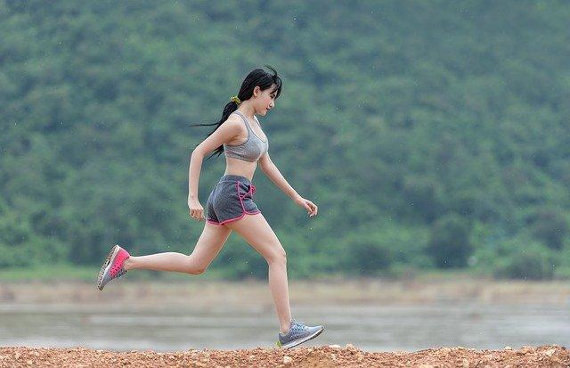 žena při běhu