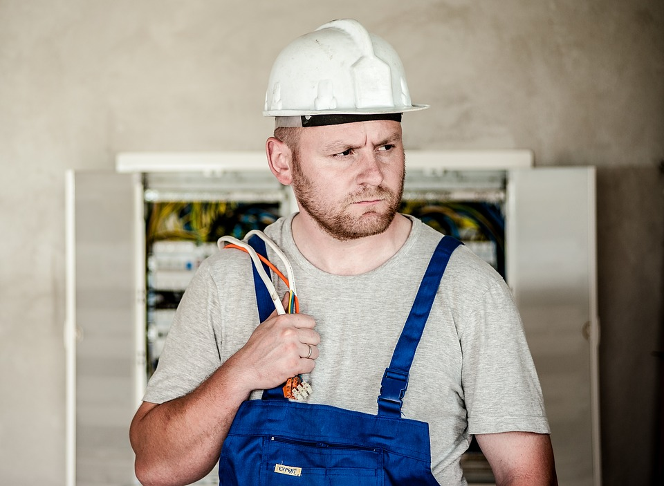 elektrikář při právi